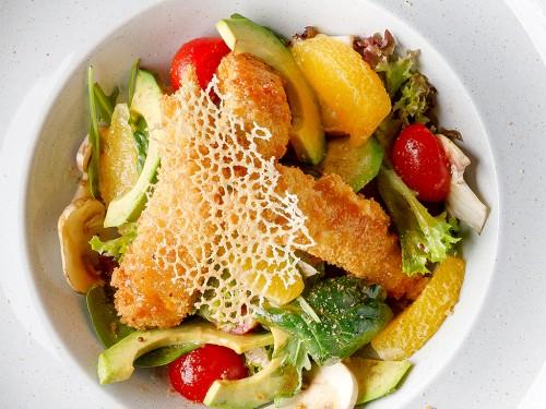salata-cu-file-de-pui-crocant-si-curry-tuille